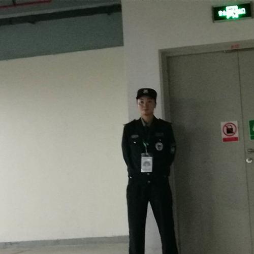 昆山地下车库执勤的保安